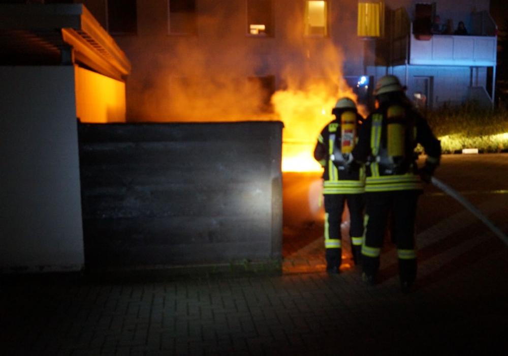 In der Nacht zu Donnerstag brannten Müllbehälter in der Adersheimer Straße. Fotos: Feuerwehr Wolfenbüttel