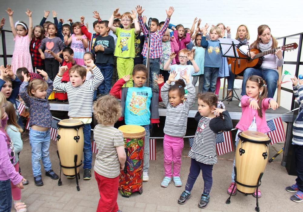 Kinder verschiedener Nationen singen beim Sommerfest des Kinder- und Familienzentrums Karlstraße. Foto: Max Förster