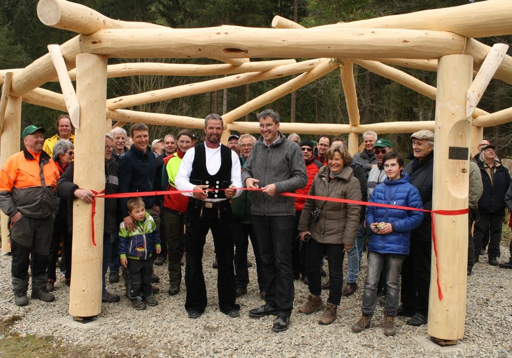 """Harzklub-Präsident Dr. Oliver Junk, vorne rechts, mit Urs Gantner, links daneben, beim Eröffnen des """"Grünen Klassenzimmers"""". Foto: Michael Rudolph"""