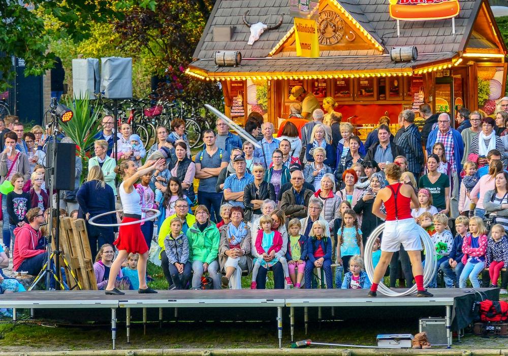 Bis in die späten Abendstunden tummelten sich rund um den Stadtgraben die Besucher des 1. Stadtgrabenfestes. Titelfoto: Stadt Wolfenbüttel, weitere Fotos: Stadt Wolfenbüttel und Nick Wenkel