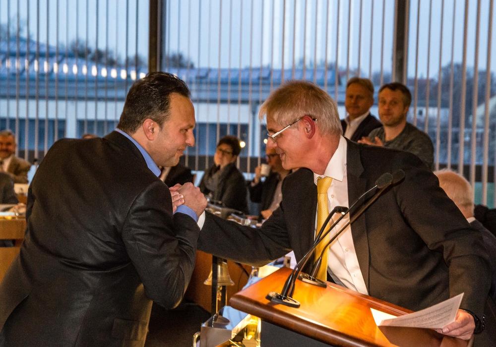 Oberbürgermeister Frank Klingebiel (rechts) vereidigt Neu-Ratsmitglied Dincer Dinc. Foto: Rudolf Karliczek