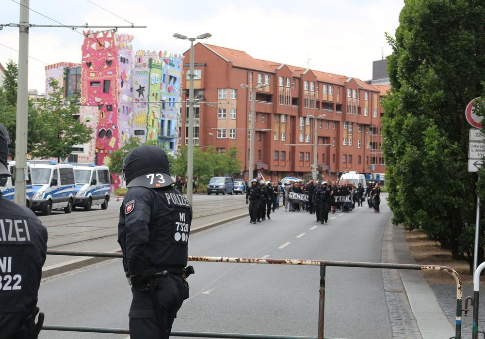 Durch die Bragida-Demos und die Gegendemonstranten ist seit langer Zeit erhöhter Polizeieinsatz nötig. Foto: Robert Braumann