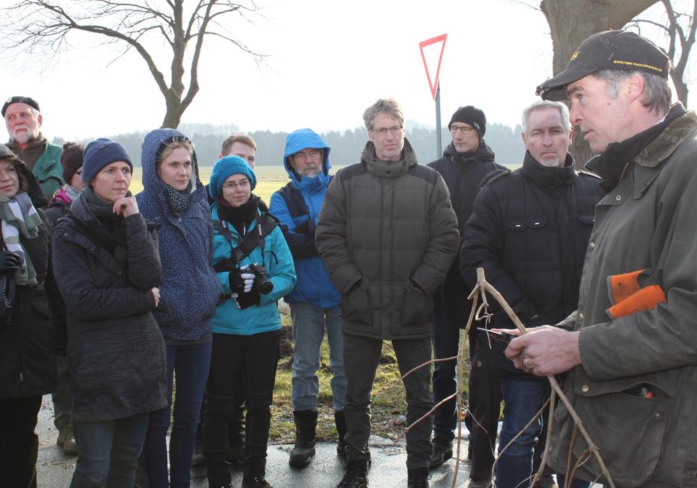 Der auf Landschaftspflege spezialisierte Hornburger Unternehmen von Clemens Löbbecke gibt den etwa 50 Interessierten praktische Tipps zur Umsetzung der Verordnung. Fotos: Landkreis Goslar