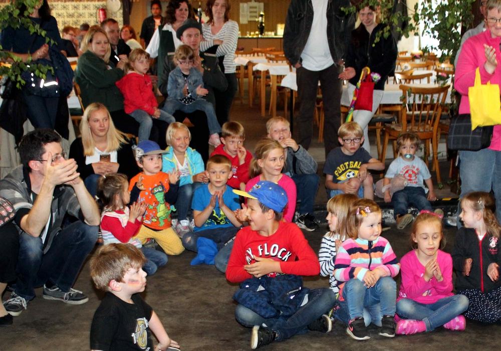 Die Kinder während der Proklamation der jungen Majestäten beim Roklumer Kinderfest im Schützenhaus. Foto: privat