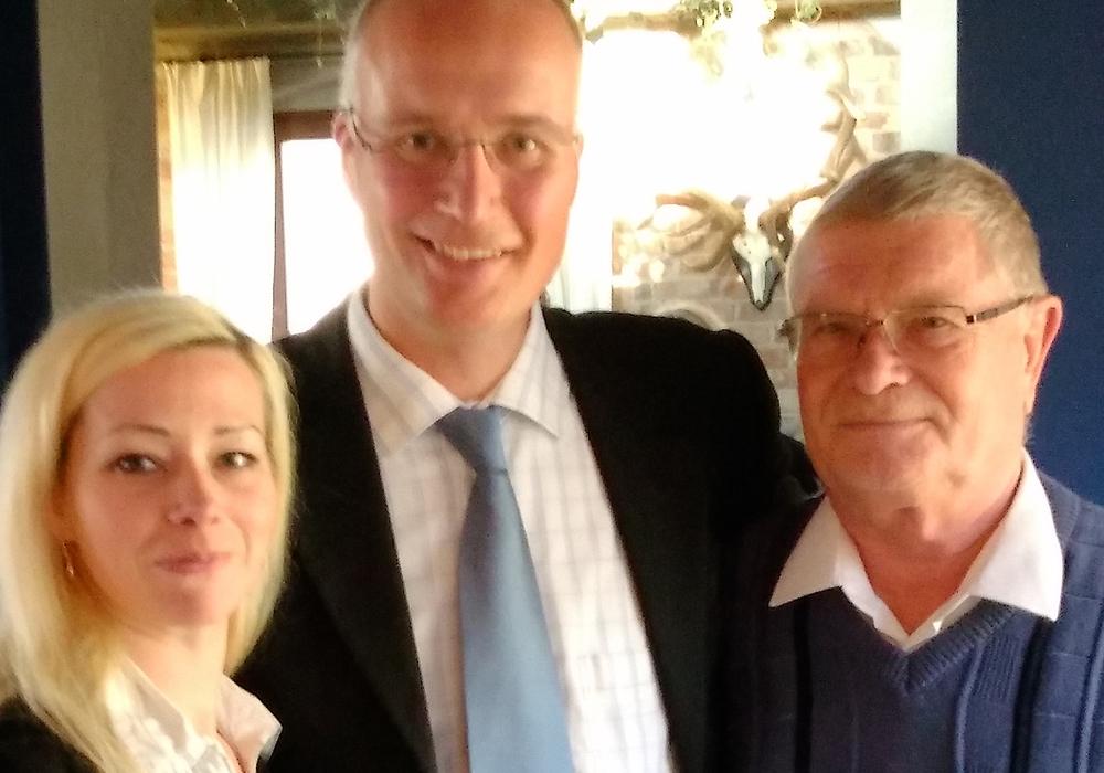 Rabea Shahini (Fraktionsassistentin), Jörn König (MdB) und Jürgen Rubi (Mitglied im Kreistag Peine). Foto: AfD
