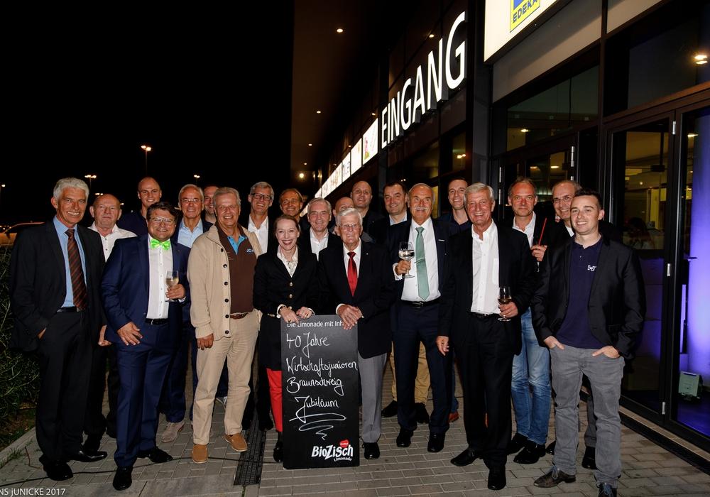 20 der 200 geladenen Wirtschaftsjunioren mit Wirtschaftsjunioren-Gründervater Werner Vehling (am Schild rechts).  Foto: Jens Junicke