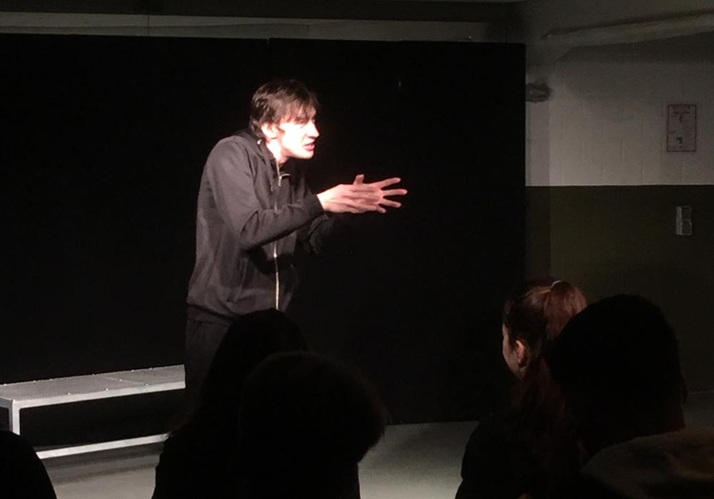 Schauspieler Alexander Prizkau spielte bestritt das Stück komplett alleine. Foto: Landkreis Peine