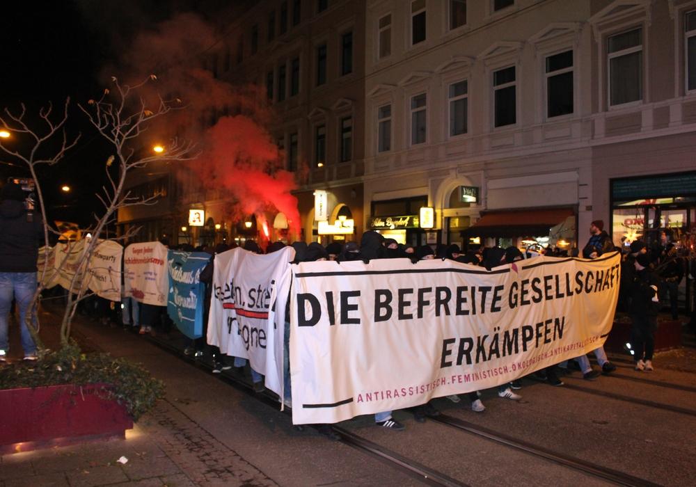 Mitglieder der extremen Linken bei einer Demo im Dezember 2019 in Braunschweig. Archiv-/Symbolfoto