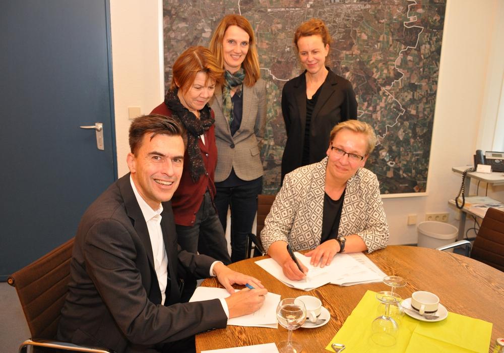 """Die Stadt und der Verein """"Tabula""""  e.V. haben einen Kooperationsvertrag mit der Deutschen Schulakademie geschlossen. Foto: Stadt Wolfsburg"""