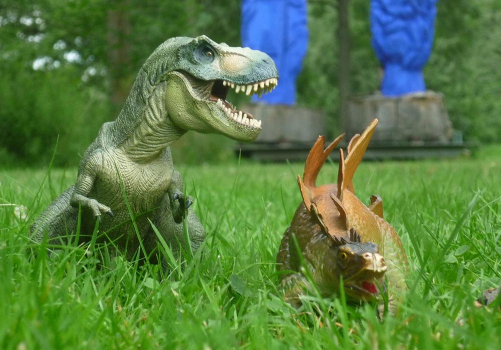 """Michel knipste Dinos, die die  """"Blauen Pappeln"""" im Skulpturenpark besuchen. Fotos: Teilnehmer des Workshops"""