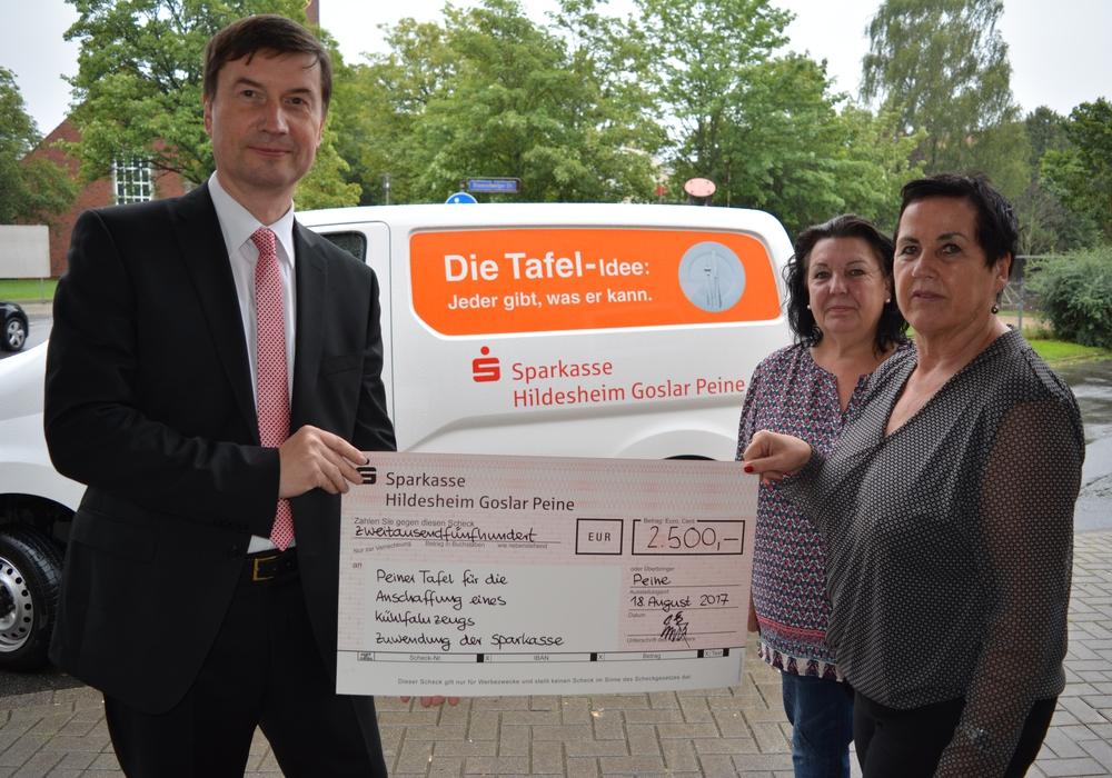 Rainer Pannke überreicht den scheck an Birgit Kegel und Ginette Beck. Foto: Kirchenkreis
