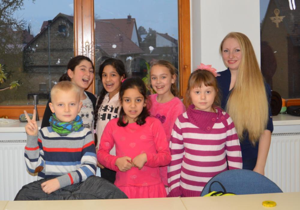 Musikpädagogin Kateryna Kowalenko mit einigen der Kinder. Foto: Landkreis Peine