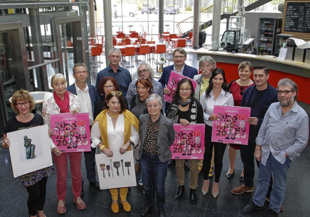 Im Beisein von Vertretern des Fördervereins ready4work sowie der Sponsoren signierten die Wolfsburger Künstler heute alle 400 Exemplare des Kunstkalenders. Foto: Wolfsburg AG