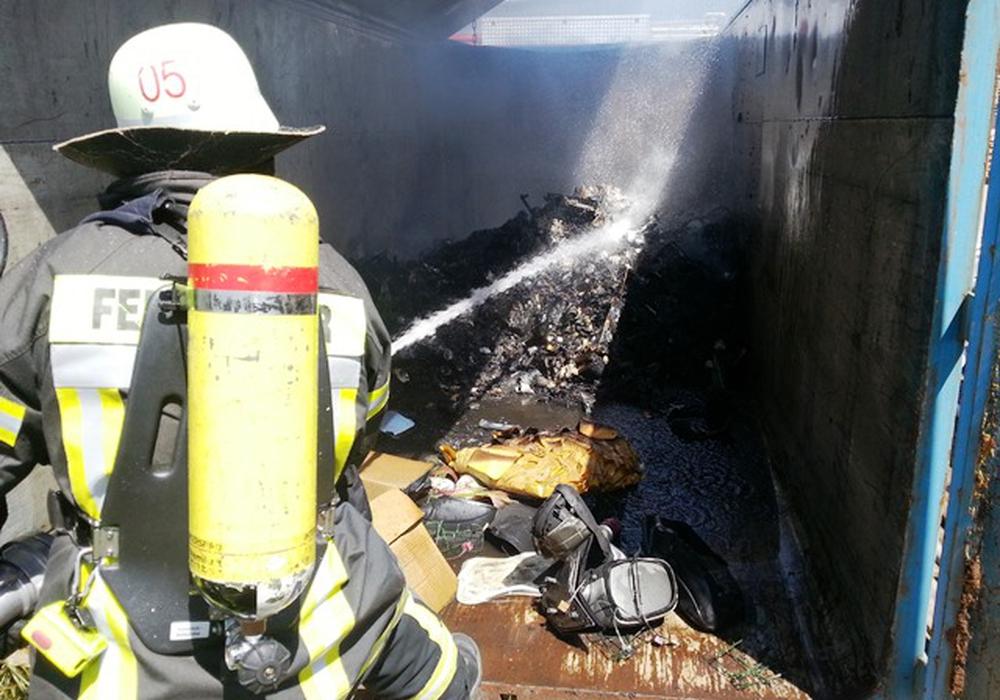 Container geriet in Brand. Fotos: Feuerwehr Wolfenbüttel