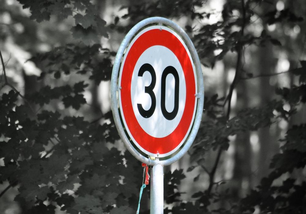 Die Tempobeschränkung soll die Verkehrssicherheit grade für radfahrende Schüler verbessern. Symbolbild: Pixabay