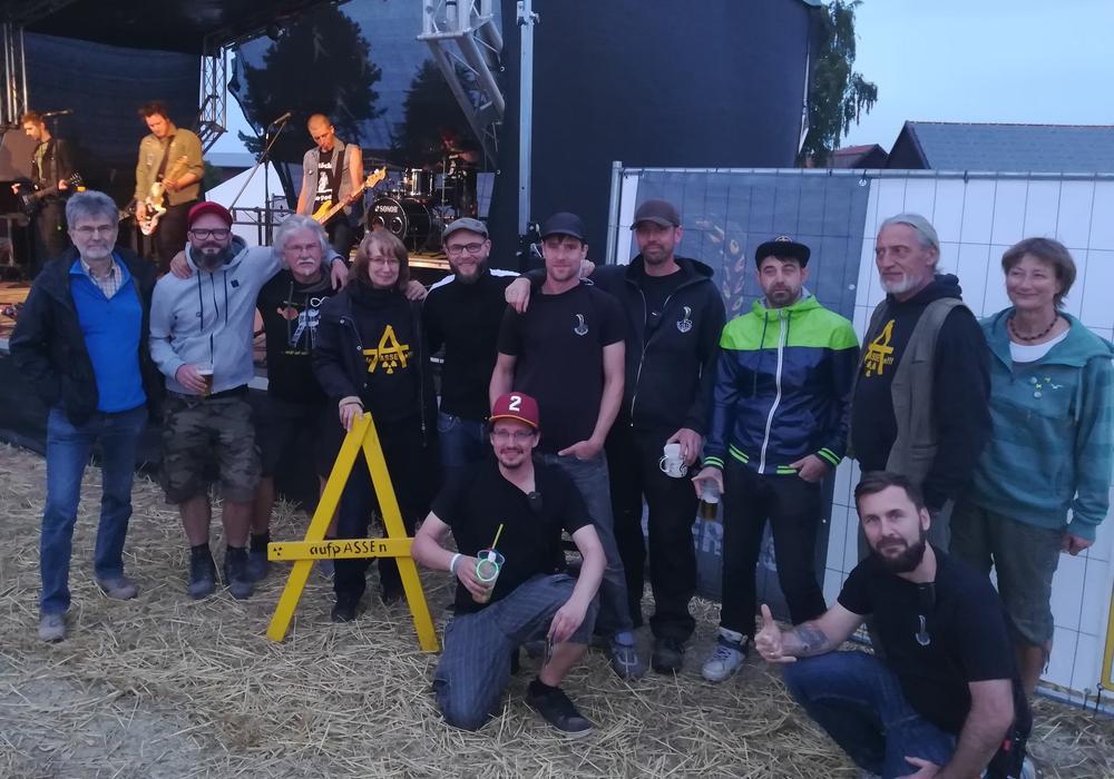 Die Organisatoren des Ackerfestes sowie Vertreter der Vahlberger Asse Aktivisten und Mitglieder vom Verein aufpASSEn. Foto: privat