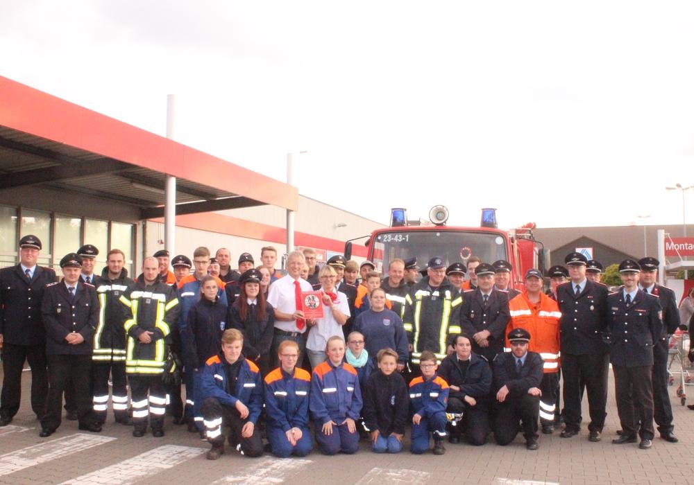 """Am Freitagabende versammelten sich Feuerwehrkräfte der Gemeinde Schladen-Werla in Schladen um die Plakette """"Partner der Feuerwehr"""" anzubringen. Fotos: Anke Donner"""