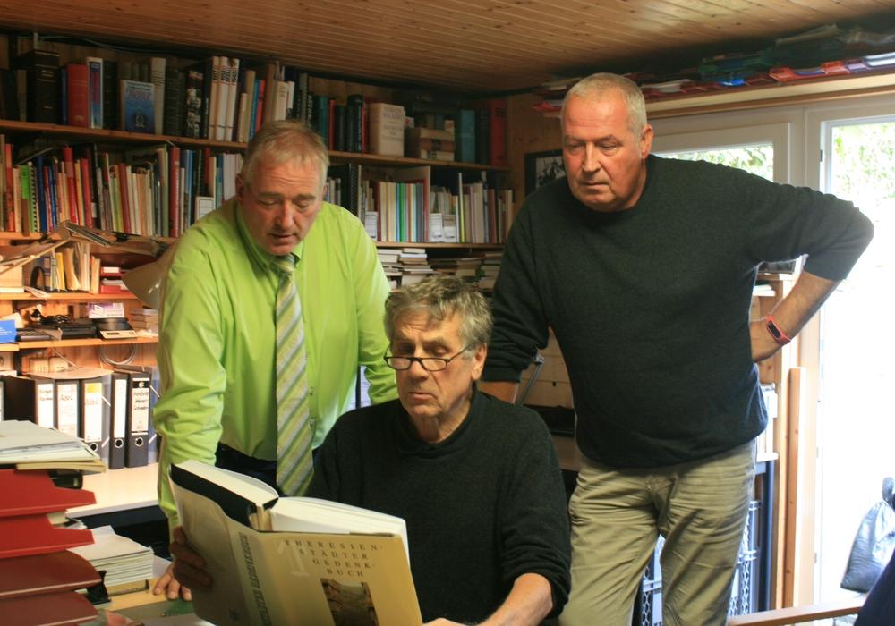 Über die Schulter geschaut - Frank Oesterhelweg und Andreas Glier im Archiv von Jürgen Kumlehn. Foto: privat