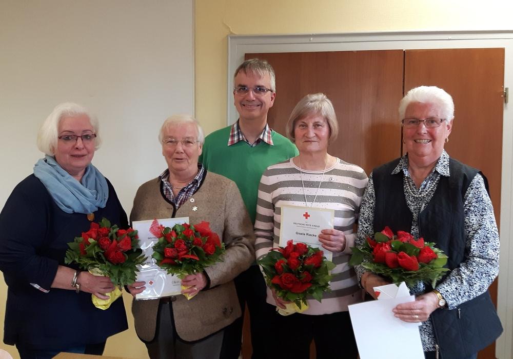 Von links: Ilona Rudat, Ortsbürgermeisterin Hiltrud Bayer, Vorsitzender Holger Neumann, Gisela Riecke, Renate Koffmane. Foto: DRK