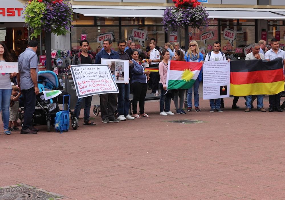 Rund 30 Menschen aus aller Herren Länder versammelten sich am Donnerstag in der Innenstadt vor dem Bankhaus Seeliger, um gemeinsam eine Mahnwache für die weltweiten Opfer des Terrorismus abzuhalten. Fotos: Robert Braumann