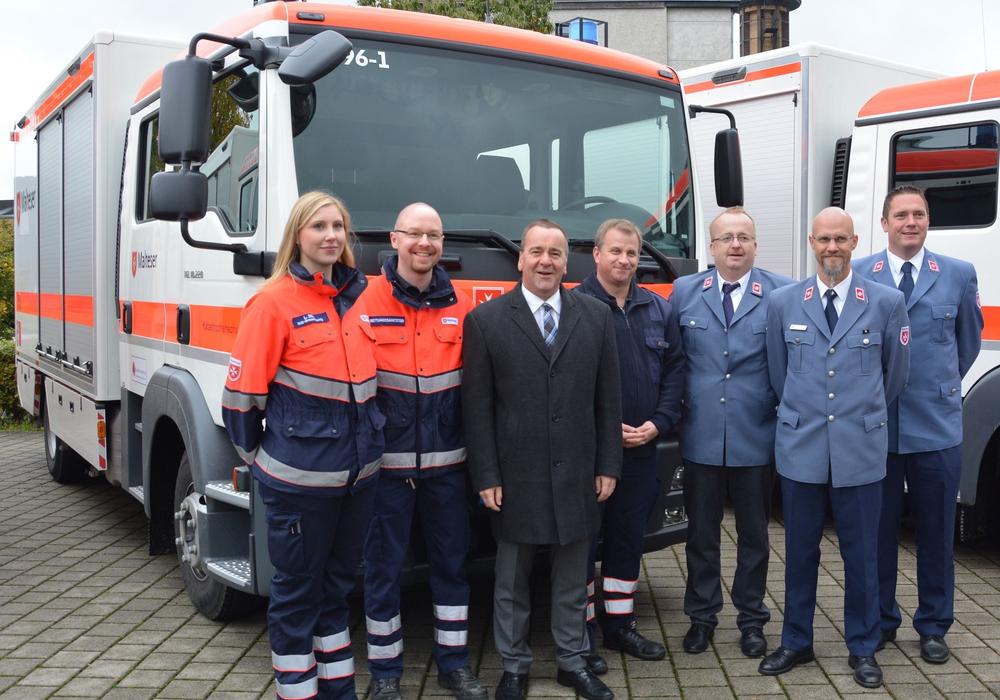 Der Niedersächsische Innenminister Boris Pistorius (3.von links) vor dem neuen Gerätewagen Sanität der Braunschweiger Malteser. Foto: Malteser