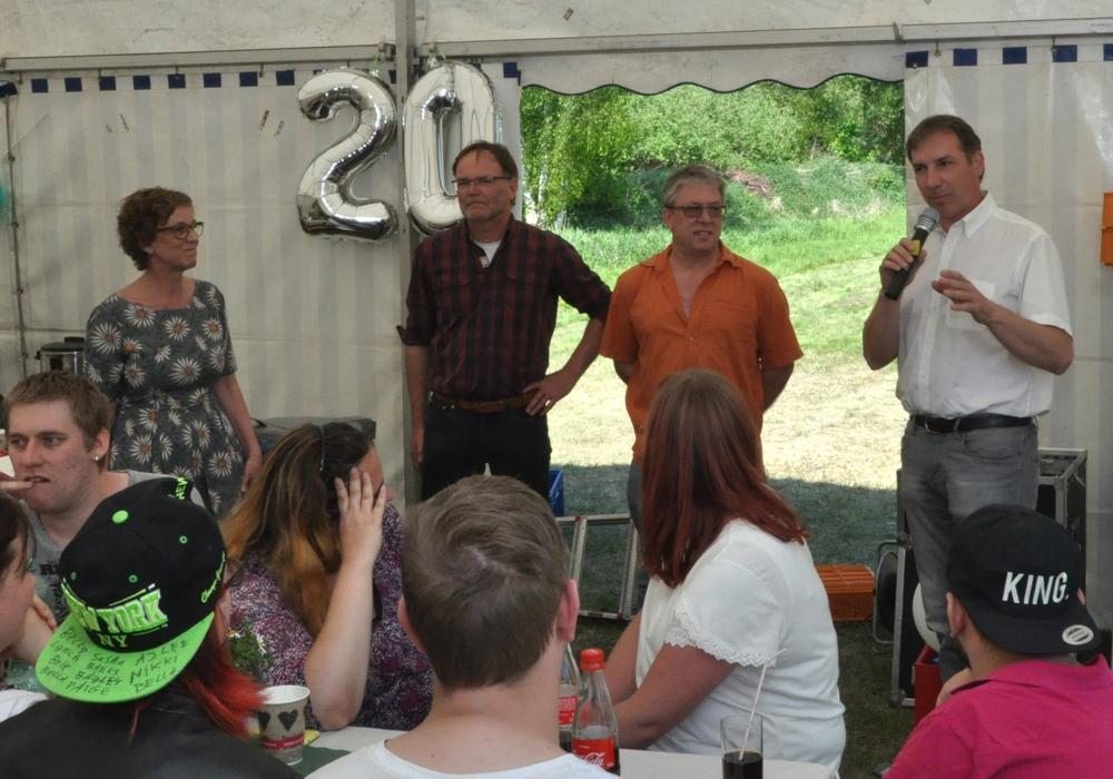 Lebenshilfe-Geschäftsführer Bernd Schauder (von rechts) sprach die Grußworte zum 20-jährigen Bestehen der WIR mit Rainer Loos (Vorstandsmitglied des Lebenshilfe-Vereins), Dieter Pasemann (Werkstattleiter) und Henrike Schirren (Sozialdienst). Foto: Lebenshilfe