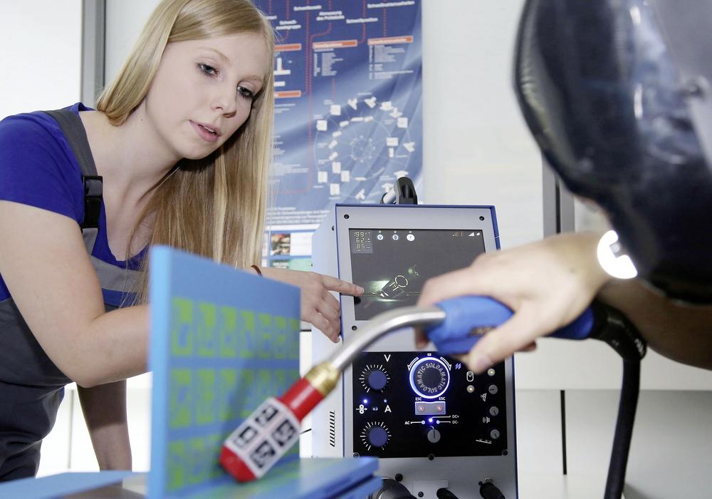 """Virtuelles Schweißen: Janika Stubbe, Auszubildende zur Konstruktionsmechanikerin, stellte beim Berufsinformationstag 2016 die digitale Lernmethode vor, mit der verschiedene Schweißtechniken zunächst """"cool"""" – mit Datenbrille und Rechnerunterstützung – geübt und erlernt werden. Foto: Volkswagen AG"""