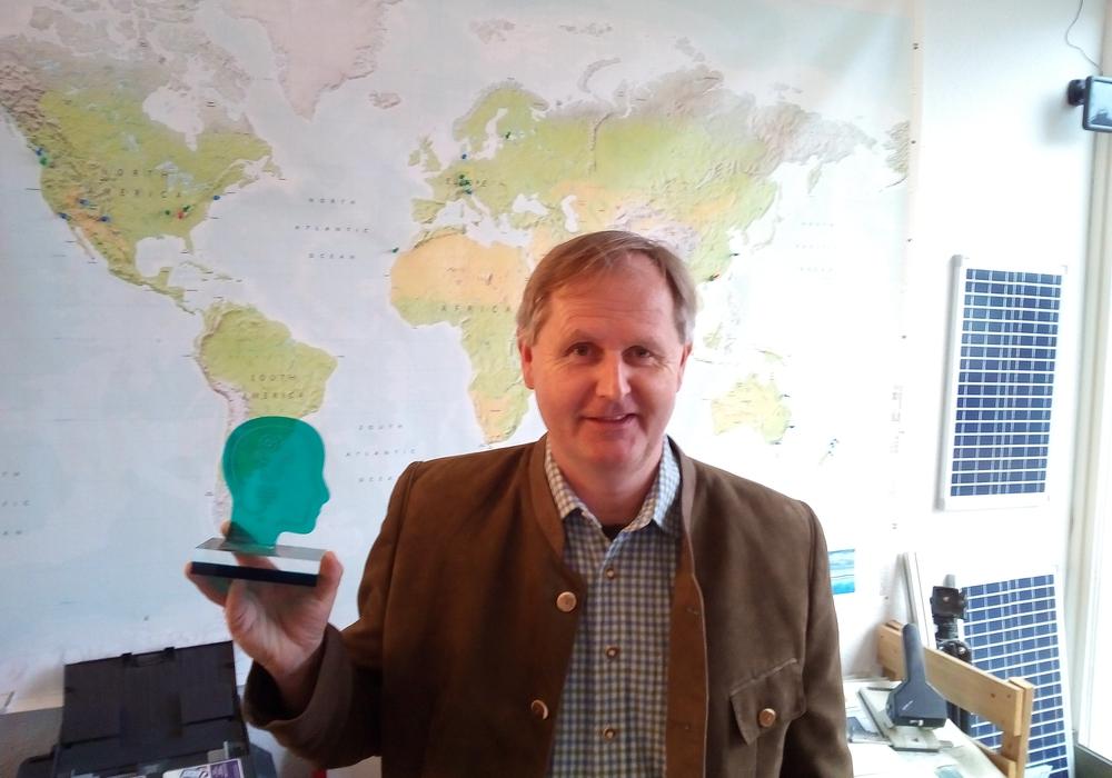 Firmenchef Matthias Rossberg präsentiert stolz seinen Preis. Foto: Rossberg