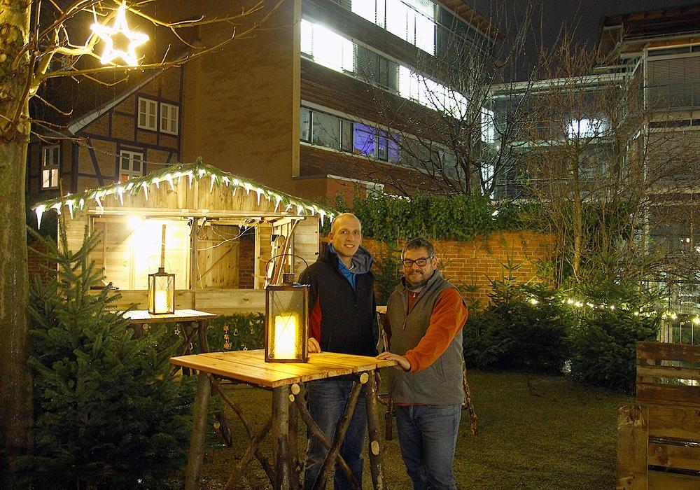 Bastian Ziegler und Markus Brix bieten mit Südtiroler Strauben einen besonderen Leckerbissen auf dem Adventshof neben der Kommisse. Foto: Stadt Wolfenbüttel