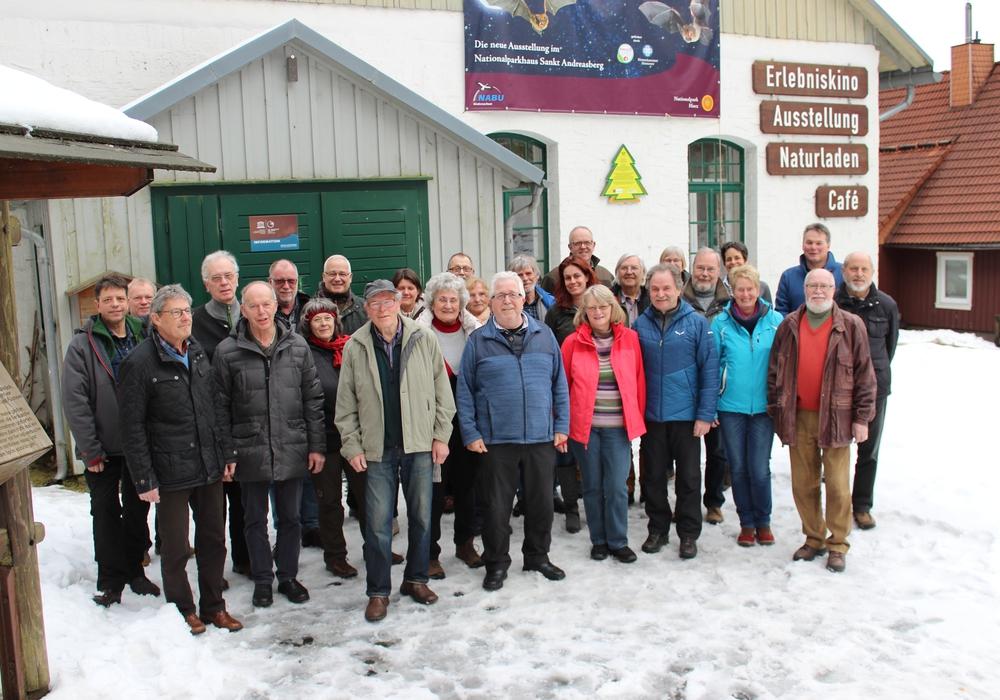 Die Nationalpark-Waldführerinnen und Waldführer bei der Plakettenübergabe 2018 vor dem Nationalpark-Bildungszentrum Sankt Andreasberg. Foto: Sandra Meckbach-Wolter