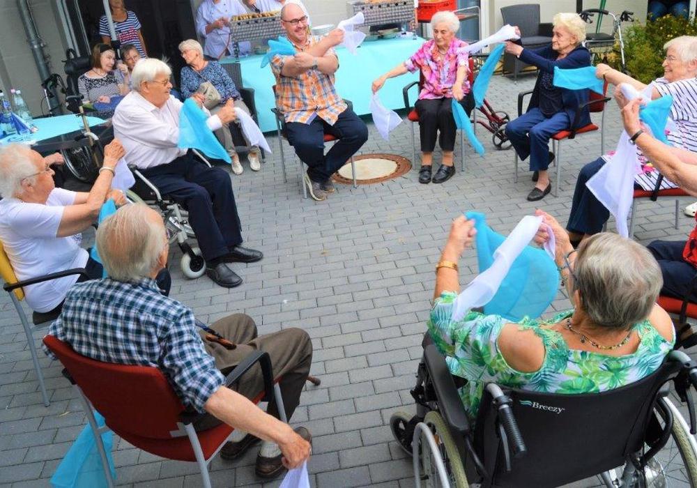Mitarbeiter beim Sitztanz mit unseren Bewohnern sowie einen unserer Praktikanten beim Tanz mit einer Bewohnerin. Foto: Alloheim