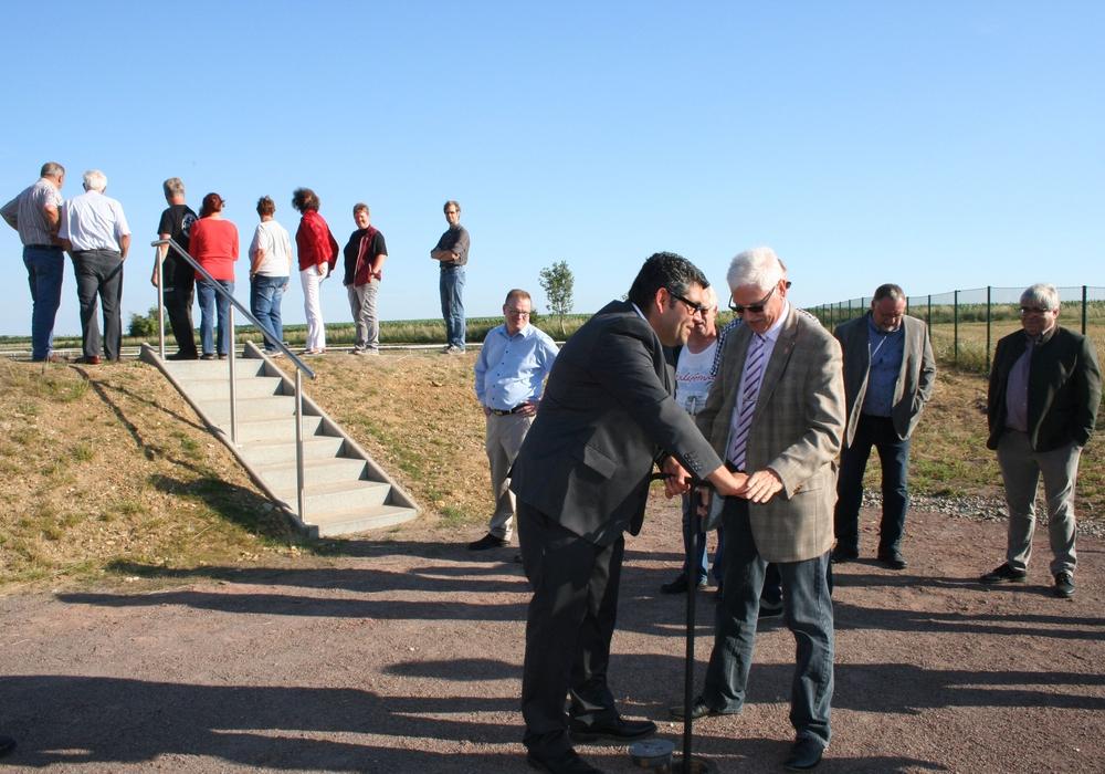 Aygün Erarslan (li.) und Bürgermeister Henry Bäsecke nehmen die Anlage in Betrieb. Fotos: Stadt Schöningen