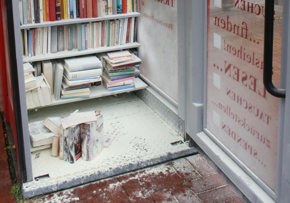Der Büchertreff nach den Löscharbeiten. Foto: Jürgen Kumlehn