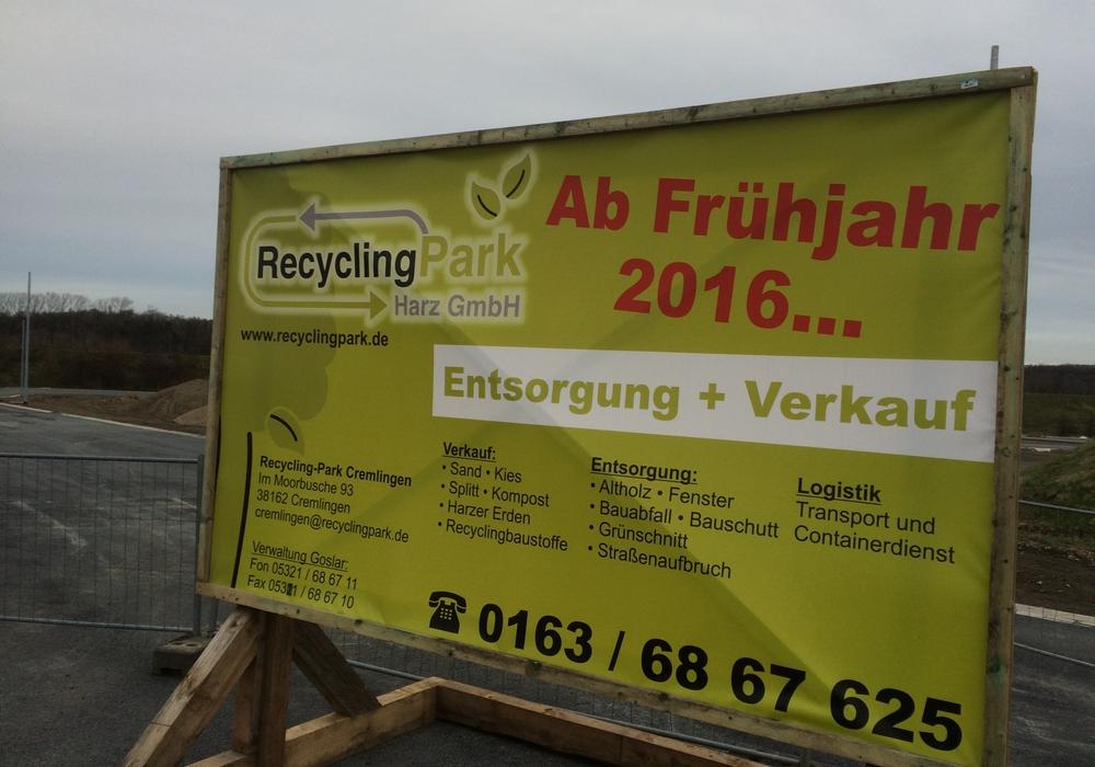 Schild weist auf Eröffnung des Recyclingparks Cremlingen im Frühjahr hin. Foto: RecyclingPark Harz GmbH