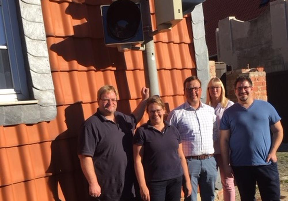 Die SPD-Ortsratsfraktion und Stadtratsmitglieder aus Halchte an der umgerüsteten Ampel. Foto: SPD
