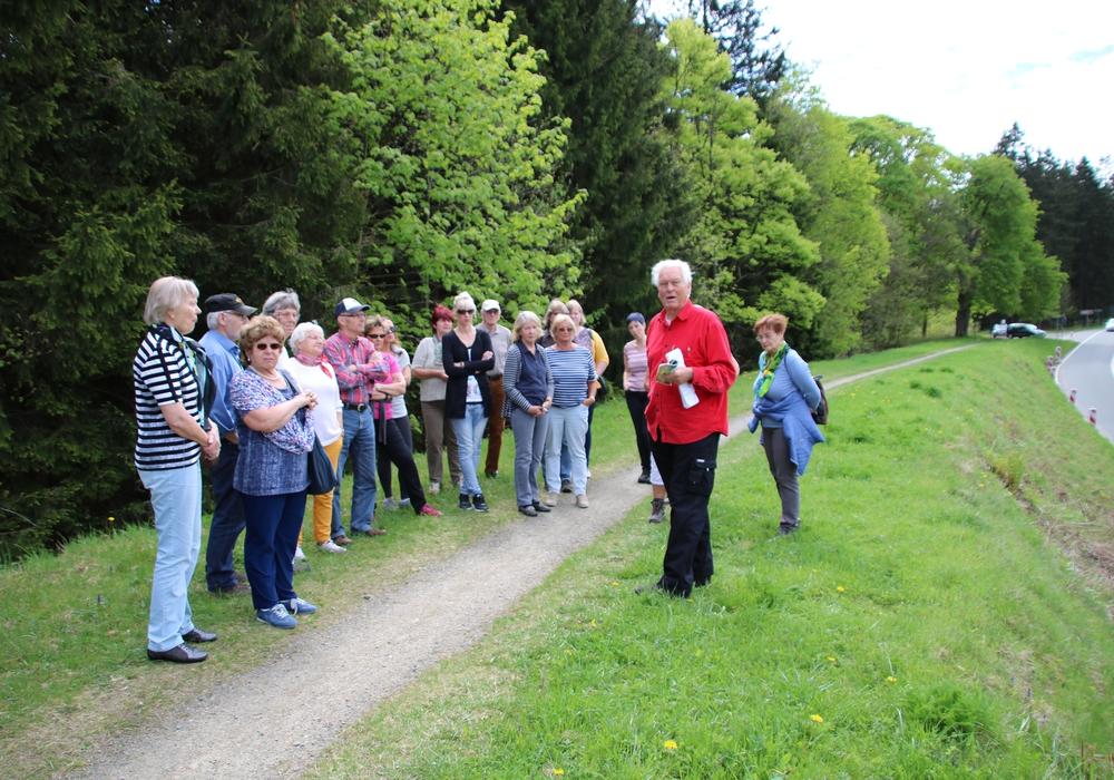"""Die Seniorenunion erlebt """"Oberharzer Wasserregal"""" Wolfenbüttel. Im Bild Heiko Diestel (rote Jacke) informiert auf einem großen Damm wie über solche Verbindungen Teiche mit Wasser versorgt wurden. Foto: Lorenz"""