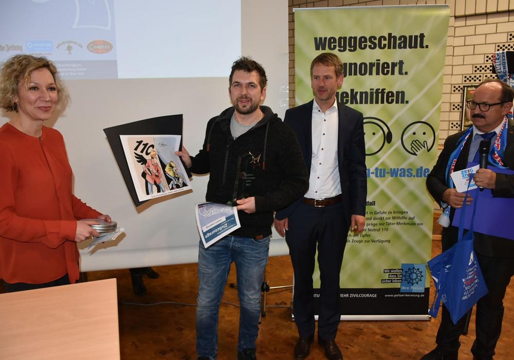 Jeder Held bekam ein kleines Dankeschön überreicht. Fotos: Polizei Goslar