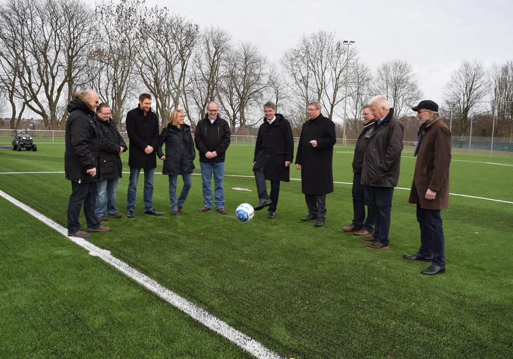 Am Dienstag erfolgte die symbolische Übergabe des Platzes durch den Bauherren, vertreten durch den Vorsitzenden des GSC 08 Thomas Esche, an die Eigentümerin, die Stadt Goslar. Foto: Stadt Goslar