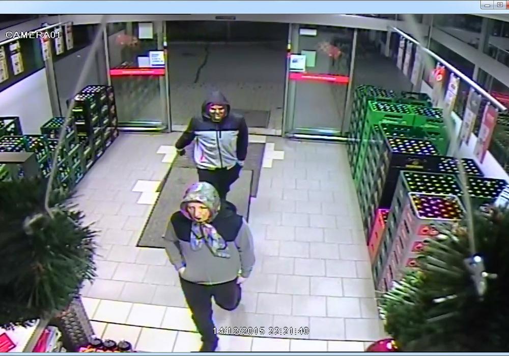 Mit einem Video sucht das Landeskriminalamt nun nach den Tätern, die den Getränkemarkt in Vienenburg überfallen haben.  Foto: Polizei