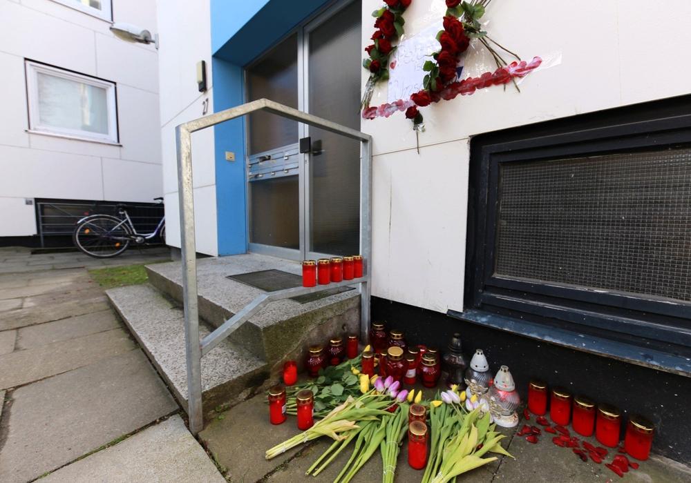 Vor der Wohnung des 28-jährigen Peter K., in der am Donnerstagabend die Leiche des 22-jährigen Stefan M. gefunden wurde, legten Angehörige und Freunde mittlerweile Kerzen und Blumen nieder. Foto: Rudolf Karliczek