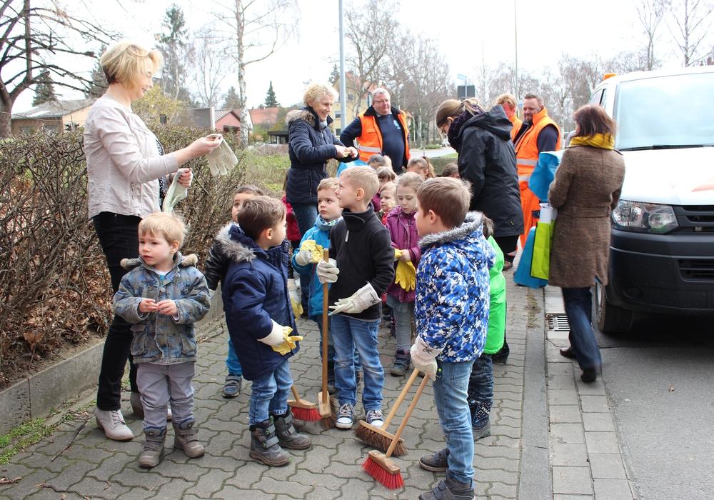 Kinder und Jugendliche putzen am 9. März. Foto: Archiv/Nick Wenkel