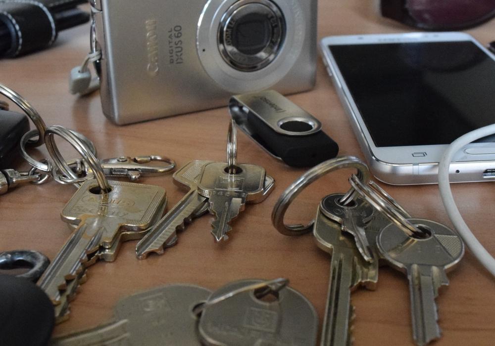 Mit Ausnahme von Schlüsseln werden die Fundstücke versteigert, die nicht abgeholt wurden: Mobiltelefone, Kameras, Uhren und Fahrräder. Foto: Stadt Goslar