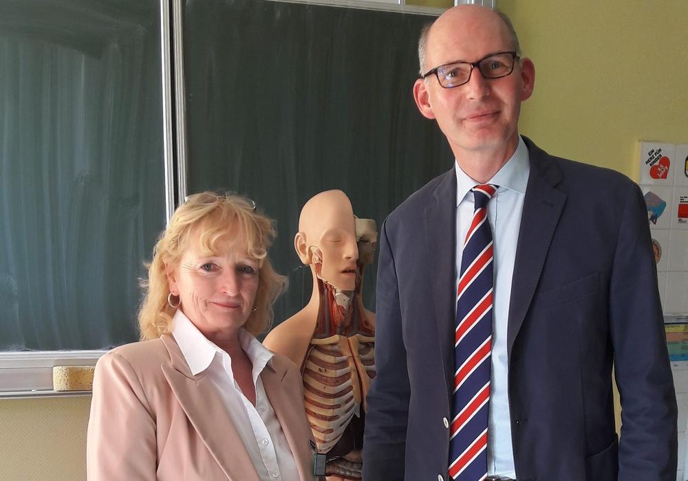 Die Leiterin der Gesundheits- und Krankenpflegeschule Peine, Friedrike Jürgens-Hermsdorf, und Christoph Plett MdL. Foto: CDU