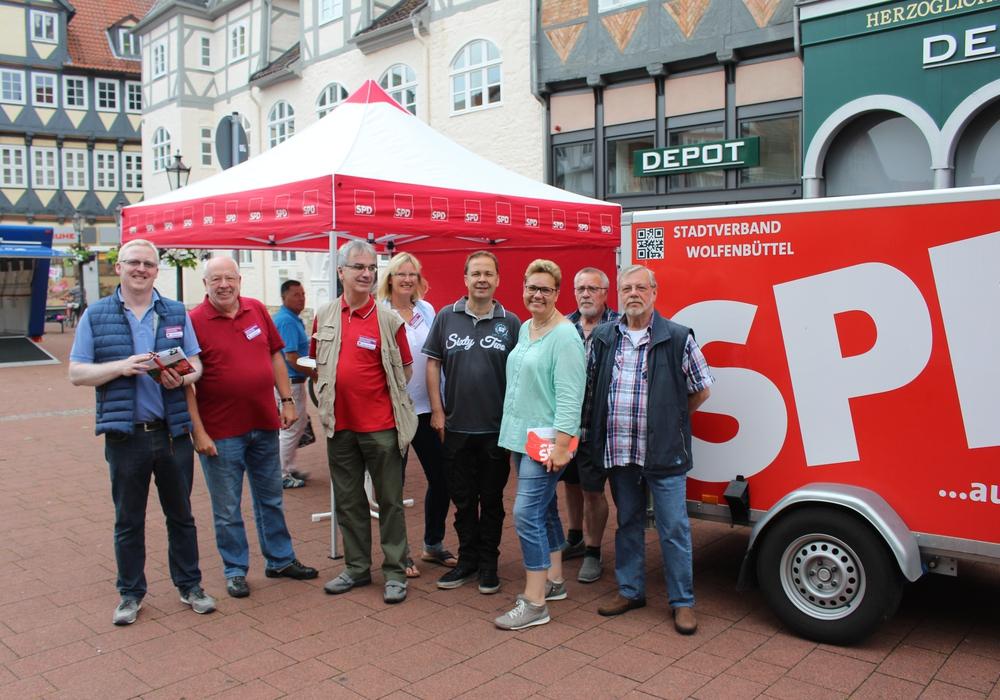 Die Mitglieder der SPD aus Stadtrat und Kreistag sowie aus dem SPD-Ortsverein Fümmelse-Adersheim-Leinde informierten am Samstag den 2. Juli am Informationsstand in der Wolfenbütteler Fußgängerzone. Foto: Sandvoß
