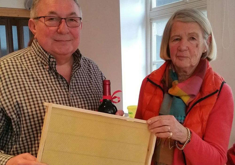 Monika Bötel, Vorsitzende der CDU-Senioren-Union bedankt sich bei Horst Janke. Foto: privat