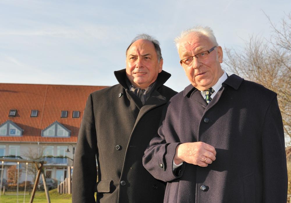 Jean -Yves Le Bouillonnec, Bürgermeister von Cachan (links) mit Altbürgermeister Dieter Lorenz,  bei einem früheren Besuch vor dem                      Seniorenzentrum in Sickte.  Foto: Privat