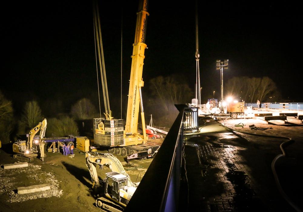 An der neuen Brücke zwischen Halchter und Linden muss nun auch nachts gearbeitet werden. Wenn alles gut geht, kann die Brücke noch vor Weihnachten freigegeben werden. Archivfoto: Werner Heise