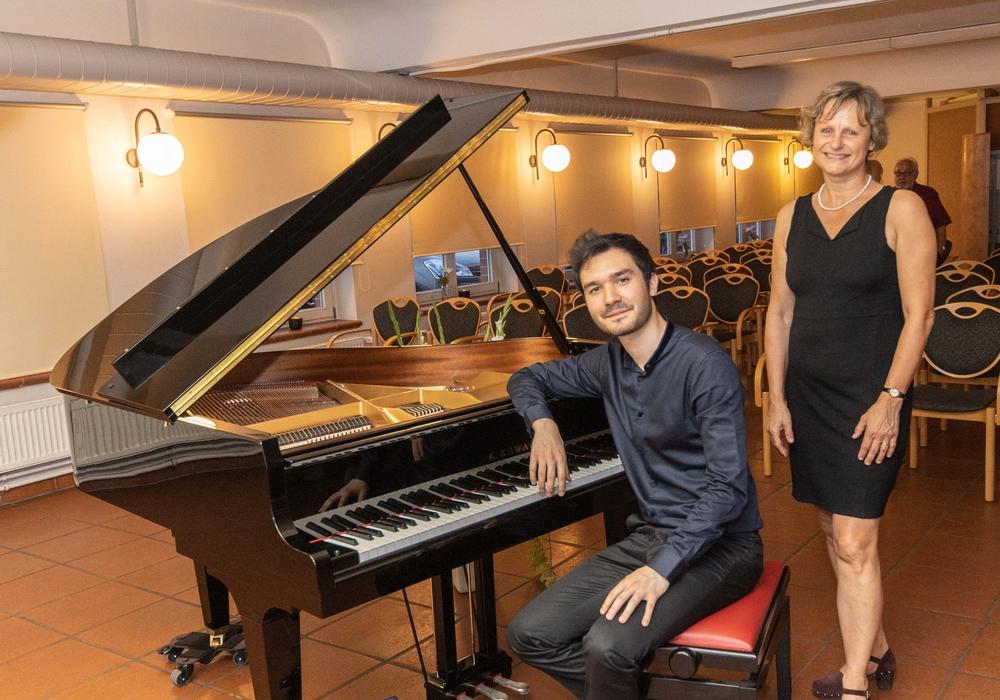 Mario Häring und Sabine Petter, Leiterin der Musikschule, mit dem neuen Flügel. Fotos: Rudolf Karliczek