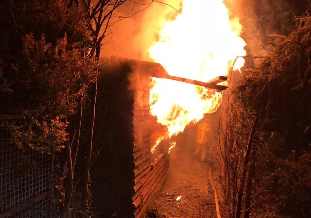 Das Feuer loderte aus der brennenden Gartenlaube. Fotos: Feuerwehr Helmstedt