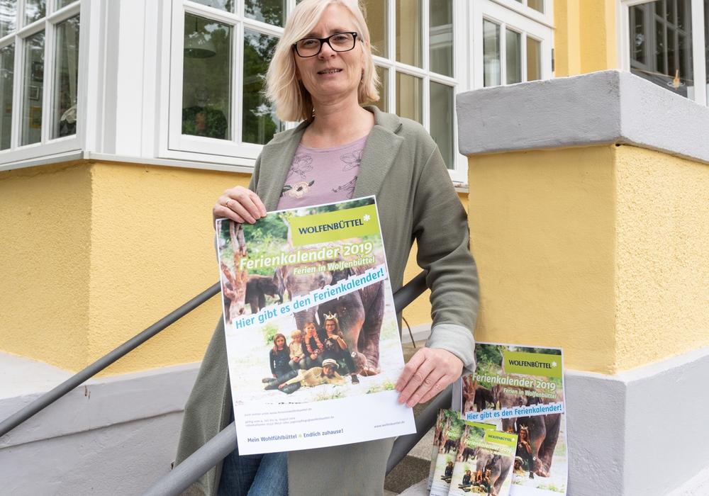 Sozialpädagogin Sylke Troch von der Stadtjugendpflege präsentiert den Ferienkalender 2019. Foto: Tanja Bischoff